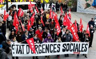 """Des manifestants à Paris  """"contre le chômage et la précarité"""" et """"pour la justice sociale"""", à l'appel de quatre associations de chômeurs, le 5 décembre 2015"""