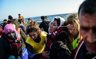 Des migrants et des réfugiés arrivent sur l'île grecque de Lesbos le 17 novembre 2015