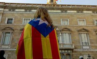 Un jeune Barcelonaise devant le bâtiment de la Generalitat à Barcelone le 28 octobre 2017.