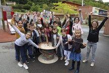 Les enfants de Castelnau-d'Estrétefonds et leur bobine géante de scoubidous.
