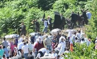 Le Premier ministre serbe Aleksandar Vucic a été touché à la tête par un jet de pierre par des participants aux cérémonies du 20e anniversaire du massacre de Srebrenica