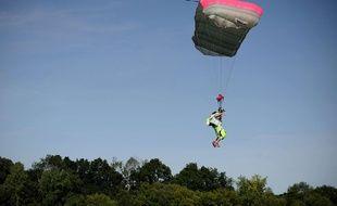 Un parachutiste en plein saut (image d'illustration).