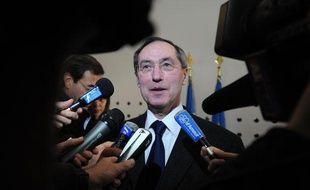 Le ministre de l'Intérieur Claude Guéant répond aux questions des journalistes lors de sa visite du centre police-jeunes à Nantes, le 4 avril 2011.