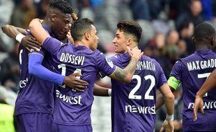 Les joueurs du TFC après le but vainqueur de Yaya Sanogo (à gauche) contre Guingamp, dimanche au Stadium de Toulouse.