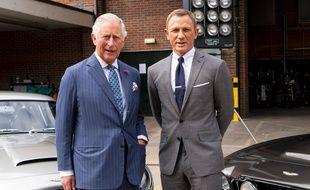 Le prince Charles pose aux côtés de Daniel Craig (l'agent 007), lors de sa visite sur le plateau de tournage de Bond 25, le 20 juin à Londres.