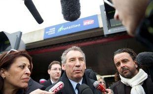 """En déplacement à Mantes-la-Jolie pour parler banlieue, François Bayrou s'est posé en rassembleur d'un pays en proie aux divisions,comme en témoignent François Hollande et Nicolas Sarkozy dont il a dénoncé les """"chicayas"""" et """"combats de coqs"""""""