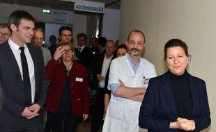 La ministre de la Santé Agnès Buzyn visite le service où des patients sont hospitalisés à Grenoble, le 9 février 2020.