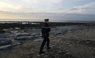 Illustration d'une surveillance sur la plage pour éviter les traversées de migrants  vers la Grande-Bretagne.