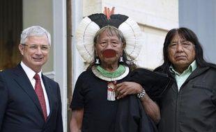 Le président de l'Assemblée nationale Claude Bartolone avec le chef de la tribu amazonienne Kayapo Raoni Metuktire et son successeur Megaron Txucarramae, le 3 juin 2014 avant une réunion à Paris