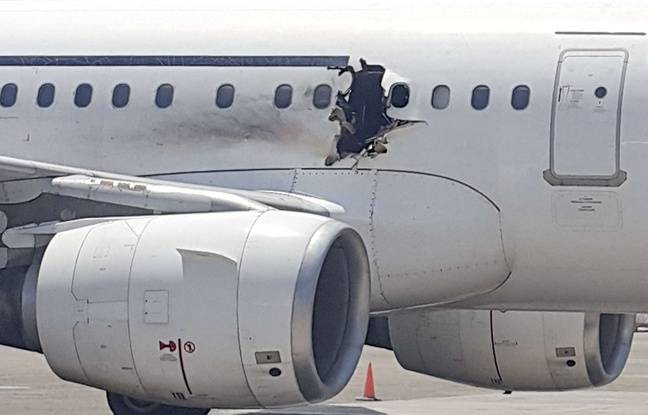 La déflagration en plein vol, a percé le fuselage et a blessé légèrement deux passagers.
