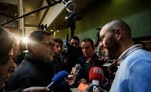 """Emmanuel Gobillard, évêque auxiliaire de Lyon (à gauche) est venu remercier les victimes du père Preynat d'""""avoir secoué l'Eglise"""".  JEFF PACHOUD / AFP"""