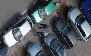 Des voitures sur un parking. Illustration.
