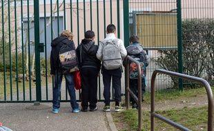 Un directeur d'ecole soupconne de viols sur des eleves. Le directeur d'une ecole primaire de la commune nord-iseroise de Villefontaine, souponne de viols sur mineurs, a ete interpelle et place en garde a vue. Villefontaine,