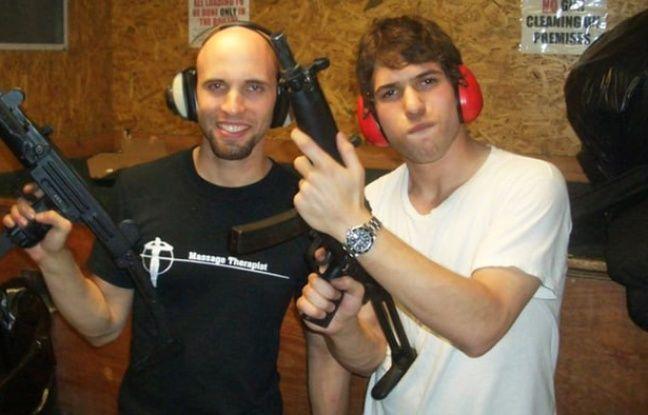 Les vrais David Packouz et Efraim Diveroli avec l'une de leurs cargaisons.