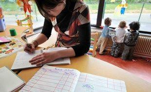 Le ministre en charge de la Famille, Xavier Bertrand, a déclaré ce jour à Clichy (Hauts-de-Seine) que l'application du droit opposable à la garde d'enfants nécessitera un milliard d'euros de moyens nouveaux pour la petite enfance sur la durée du quinquennat. Instaurer dans cinq ans un droit opposable implique la création de 350.000 places, selon le ministère, près de 430.000 selon le groupe prospective de la Cnaf (Caisse nationale des allocations familiales). AFP PHOTO MYCHELE DANIAU