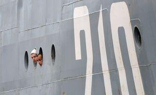 Des marins russes arrivent à bord du navire Smolniy, à Saint-Nazaire, le 30 juin 2014.