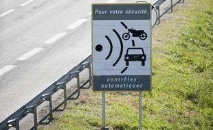 Des ouvriers démontent un  panneau avertissant de la présence d'un radar, le 16 mai 2011 à Dijon, à  la suite d'une des mesures du gouvernement destinée à enrayer la  remontée du nombre de morts sur les routes.
