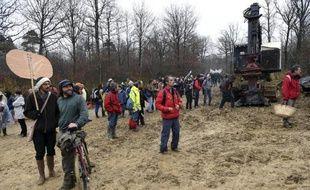 Des opposants au projet de Center Parcs de Roybon (Isère) occupent une maison forestière à proximité du chantier de défrichement, le 30 novembre