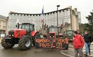 """Les agriculteurs ont déployé une banderole """"combien de morts faut-il"""", lors d'une manifestation contre la baisse des prix des produits agricoles, à Chartres, le 2 février 2016"""