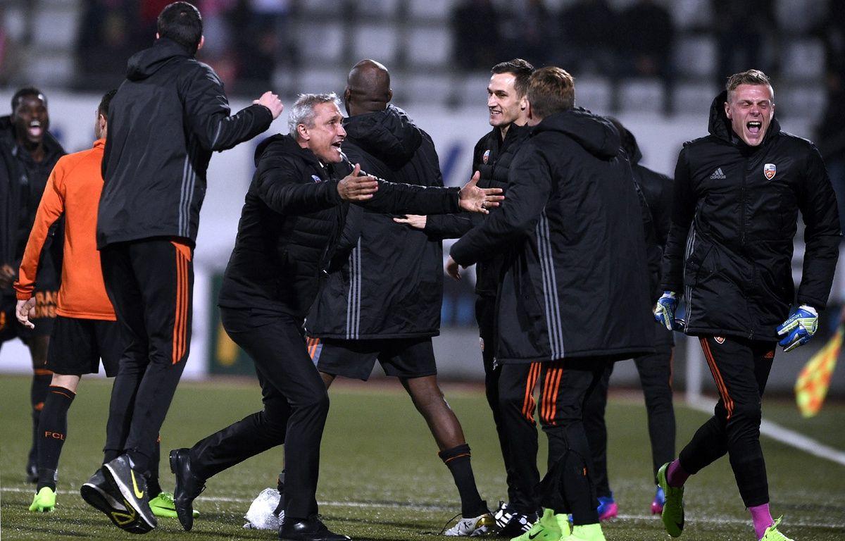 La joie de Bernard Casoni et du banc lorientais après la victoire à Nancy (2-3), le 18 mars 2017. – J.-C. Verhaegen / AFP