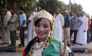 Une jeune Libyenne devant la file d'attente de ceux qui viennent voir le corps de Mouammar Kadhafi, le 21 octobre 2011, à Misrata.