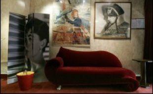 Les cinémas dart et dessai parisiens, qui ont formé des générations de cinéphiles et lancé beaucoup de grands noms du septième art, se retrouvent pour la plupart en grave difficulté financière face à la concurrence des multiplexes, en dépit de nombreuses subventions.