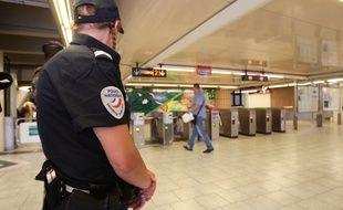 Une policière dans le métro à Marseille