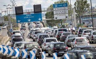 Le trafic routier était très chargé vers la vallée du Rhône samedi matin avec 62 km de bouchons cumulés pour ce nouveau chassé-croisé des vacances scolaires lors d'une journée classée rouge dans le sens des départs, a annoncé le Centre national d'information routière (Cnir).