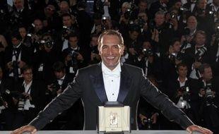 Jean Dujardin avec son prix de meilleure interprétation masculine (dans le film «The Artist») à Cannes, le 22 mai 2011