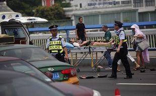 Une femme est prise en charge par les secours après avoir été percutée par la voiture du suspect.