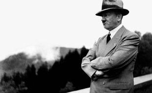 Adolf Hitler, portant un chapeau (illustration).