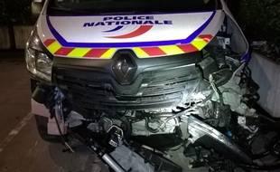 Le fourgon des policiers a été percuté par un chauffard en Porshe Cayenne.