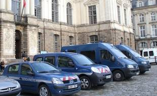 Des voitures de gendarmerie garées devant le parlement de Bretagne à Rennes.