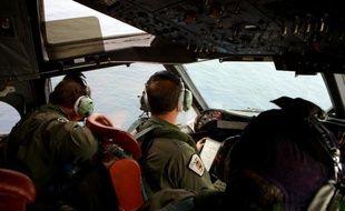 Un avion de la marine australienne survole l'Océan Indien le 25 mars 2014 à basse altitude