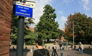 Installation cameras video surveillance place wilson par la Mairie de Toulouse. Zone sur surveillance video.