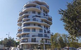 La folie divine, inaugurée le 21 septembre 2017, est un immeuble de 9 étages et 32 mètres de haut situé dans le quartier des jardins de la Lironde.