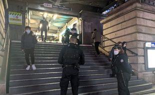 Des policiers lors d'une opération de contrôle des attestations de déplacement dérogatoire, devant le métro Barbès