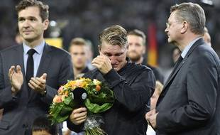 Bastian Schweinsteiger en larmes de l'hommage qui lui est rendu pour sa dernière sélection avec l'Allemagne, le 31 août 2016.