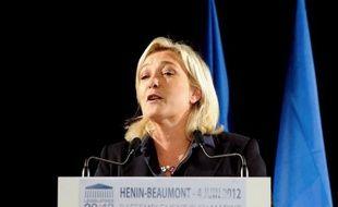 """Marine Le Pen, candidate FN aux législatives dans le Pas-de-Calais, a durement attaqué son adversaire Jean-Luc Mélenchon lundi soir, le qualifiant d'""""hurluberlu d'extrême gauche"""" qui voudrait """"noyer la circonscription sous une marée"""" d'immigrés """"clandestins""""."""