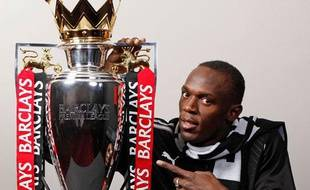 Usain Bolt, fan de Manchester United, pose avec le trophée de la Premier League, le 15 mai 2009.
