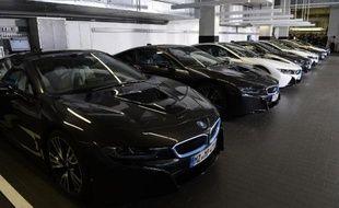 Des BMW dans le centre de livraison du constructeur, à Munich, le 5 juin 2014