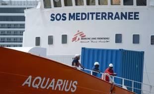 Les signataires de la tribune demandent une enquête parlementaire sur SOS Méditerranée et la mise sous séquestre de son navire l'Aquarius.