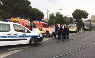 Les secours interviennent sur un accident entre une piétonne et un scooter au centre-ville de Nice, ce mercredi.