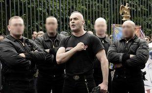 Les Jeunesses nationalistes révolutionnaires (JNR) menées par Serge Ayoub (au centre), lors d'un rassemblement, le 8 mai 2011.