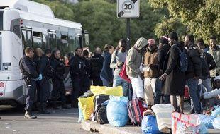 Des migrants du square Daviais juste avant leur transfert en bus, le 20 septembre 2018.