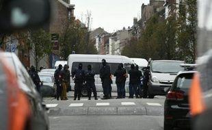 Des officiers de police lors d'une opération dans le quartier de Molenbeek à Bruxelles le 16 novembre 2015