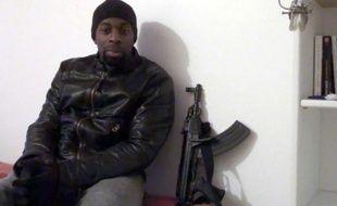 Capture d'écran réalisée le 11 janvier 2015 d'une video diffusée sur des réseaux sociaux islamistes censée montrer Amédy Coulibaly, le preneur d'otages du supermarché Hyper Cacher
