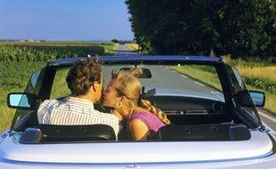 Illustration: Un couple partant sur la route des vacances.