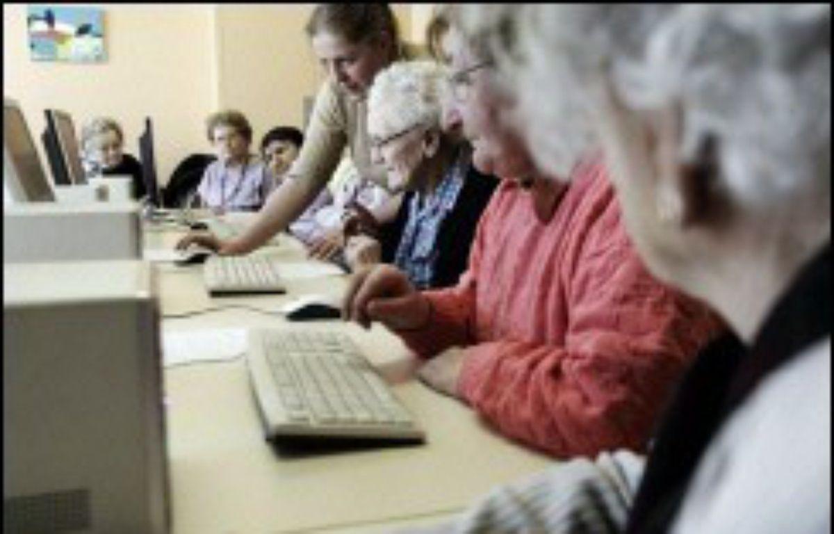 """Battant en brèche les idées reçues sur les """"has been"""" du numérique, les seniors internautes commencent à investir la blogosphère, un phénomène encore timide mais qui pourrait monter en puissance avec les départs massifs en retraite du """"papy-boom"""". – Fred Dufour AFP/Archives"""
