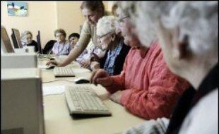 """Battant en brèche les idées reçues sur les """"has been"""" du numérique, les seniors internautes commencent à investir la blogosphère, un phénomène encore timide mais qui pourrait monter en puissance avec les départs massifs en retraite du """"papy-boom""""."""
